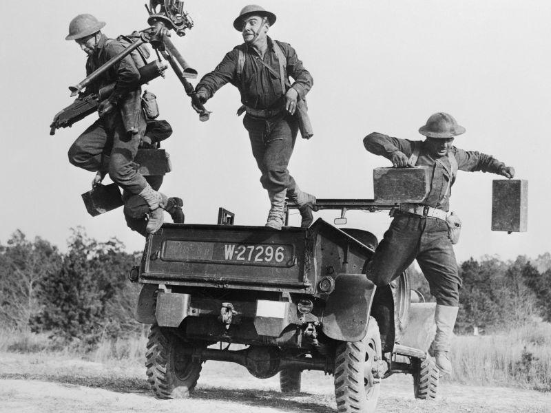 Американский расчет станкового пулемета Browning M1917A1 высаживается из армейского пикапа Dodge WC21. Ноябрь 1941 г.