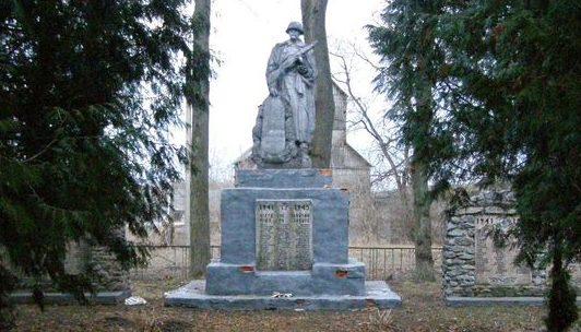 с. Алексинцы Сребнянского р-на. Братская могила 23 воинов, погибших при освобождении села и памятный знак погибшим односельчанам.