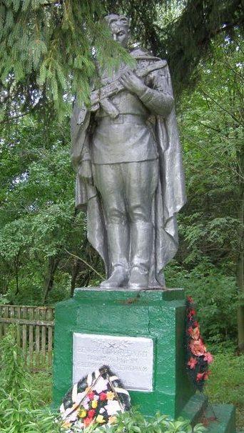 с. Галков Репкинского р-на. Памятник, установленный в 1956 году на братской могиле, в которой похоронено 12 воинов, погибших при освобождении села.