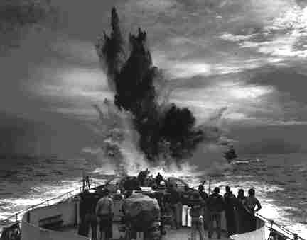 Корабли береговой охраны сбрасывают глубинные бомбы во время охоты на подлодку. 1943 г.