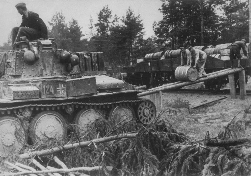 Танк Pz.Kpfw. 38(t) во время заправки топливом. Октябрь 1941 г.