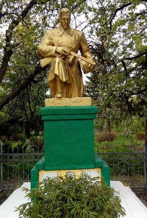 с. Дроздовка Куликовского р-на. Памятник, установленный в 1956 году на братской могиле, в которой похоронено 18 совестких воинов, погибших при освобождении села, в том числе Герой Советского Союза С.И.Долгий.