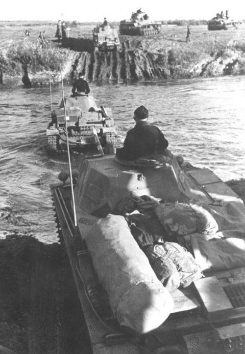 Танки Pz.Kpfw. II переправляются через реку Десна. Октябрь 1941 г.