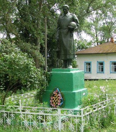 с. Голубичи Репкинского р-на. Памятник, установленный в 1957 году на братской могиле, в которой похоронено 32 воина, погибших при освобождении села.