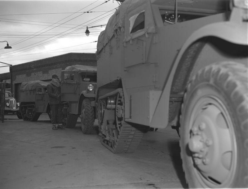 Полугусеничные бронетранспортеры М2 на заводе White Motor Company в городе Кливленд, штат Огайо. Декабрь 1941 г.
