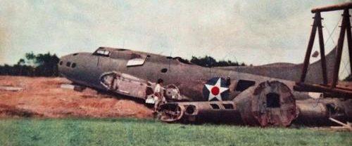 Обломки бомбардировщика B-17 на Кларк Филд. Филиппины, 1942 г.