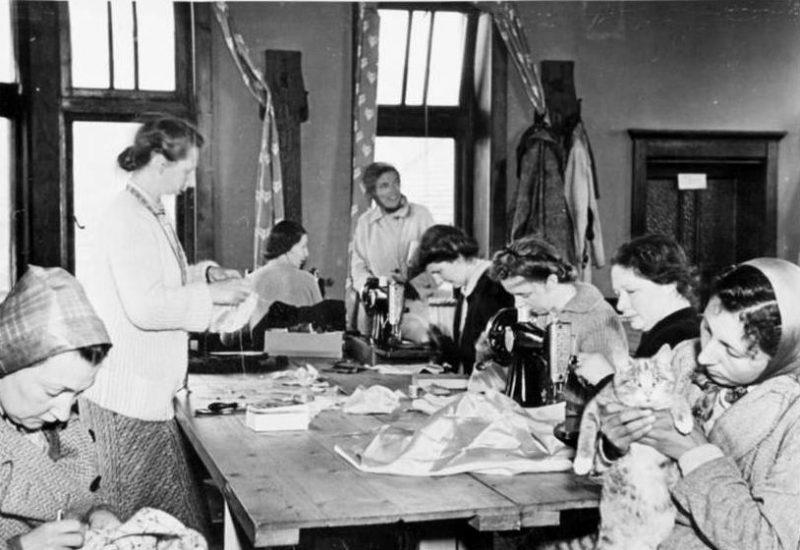 Женщины из лагеря «Порт-Эрин» за производством перчаток.