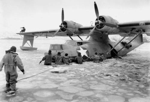 Разведывательная летающая лодка Береговой охраны Catalina (PBY-5A) во льду. Кадьяк, 1943 г.
