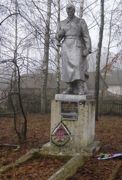 с. Голубовка Репкинского р-на. Памятник, установленный на братской могиле, в которой похоронено 9 воинов, павших при освобождении села.