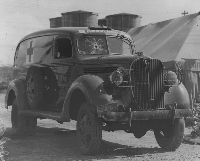 Поврежденный японской авиацией в Перл-Харборе санитарный автомобиль Marmon¬ Herrington E5¬-4 Ambulance Truck. Декабрь 1941 г.