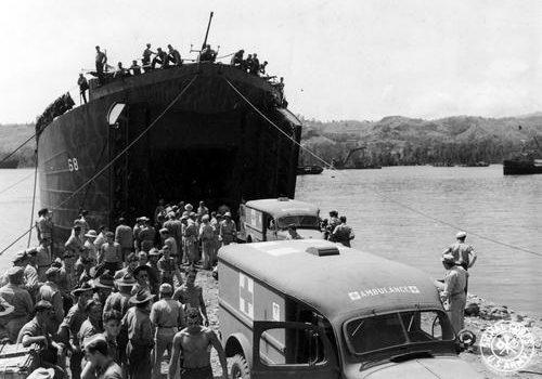 LST-68 у берега в заливе Оро, Новая Гвинея. Январь 1944 г.