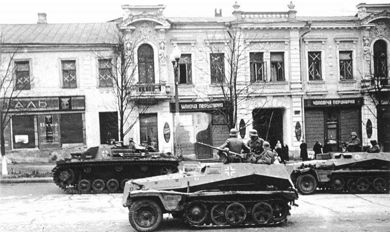 Самоходка StuG III и бронетранспортеры Sd.Kfz. 250 на улице оккупированного Харькова. Октябрь 1941 г.