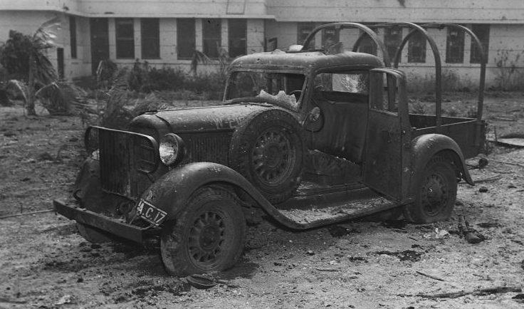 Американский военный автомобиль «Додж КС 1/2», обстрелянный японскими самолетами на аэродроме Хикэм Филд в Перл-Харборе. Декабрь 1941 г.