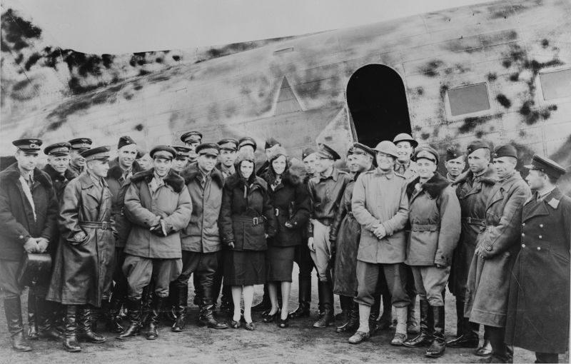 Первая делегация советских ВВС на фоне транспортного самолета на аэродроме Ноум на Аляске. 1942 г.