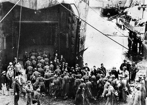 Немецкие военнопленные, захваченные в Анцио, загружаются в военный корабль береговой охраны LST-381. 3 февраля 1944 г.