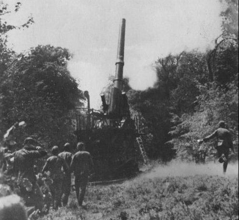 Немецкие артиллеристы ведут огонь из 355-мм тяжелой гаубицы M1. 1940 г.
