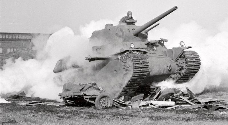 Тяжелый танк М-1 в ходе демонстрации на заводе «Эддистон». Декабрь 1941 г.