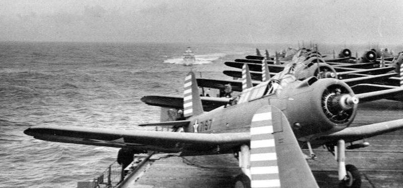 Пикирующие бомбардировщики «Виндикейтор» и торпедоносцы «Девастейтор» на палубе американского авианосца «Уосп». Май 1942 г.