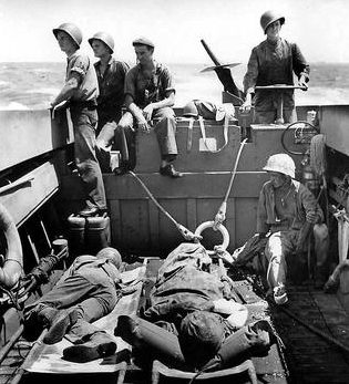 Десантные катера береговой охраны перемещают раненых американских солдат с атолла Эниветок, Маршалловы острова. Февраль 1944 г.