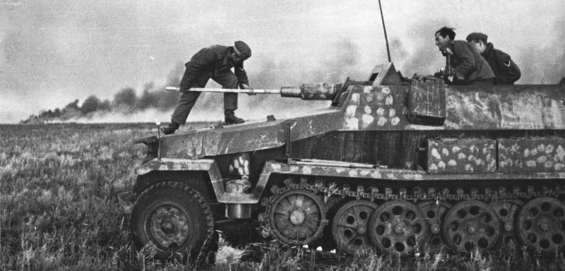 Чистка орудия 7,5 см KwK 37 бронетранспортера Sd.Kfz 251/9. 1941 г.