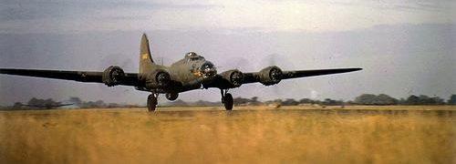 Бомбардировщик B-17 взлетает с аэродрома в Великобритании для бомбардировки стратегических целей в Германии. 1942 г.