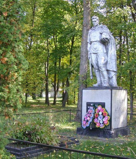 с. Карпиловка Сребнянского р-на. Памятник возле школы, установленный в 1960 году на братской могиле воинов, погибших при освобождении села.