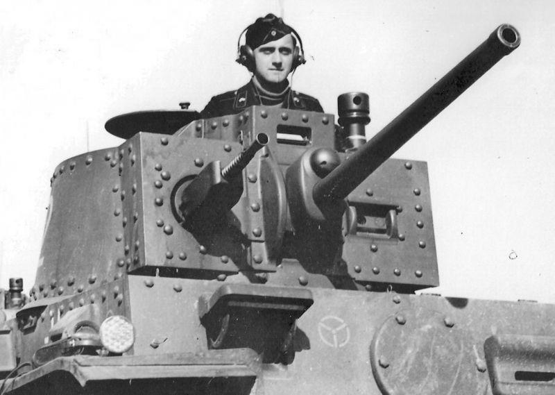 Танкист в люке легкого танка Pz.38 (t). 1941 г.