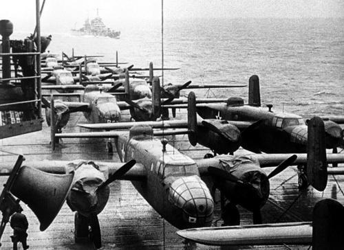 Бомбардировщики B-25B на летной палубе авианосца «Hornet» приближаясь к месту, откуда самолеты совершили налет на Токио. 13 апреля 1942 г.