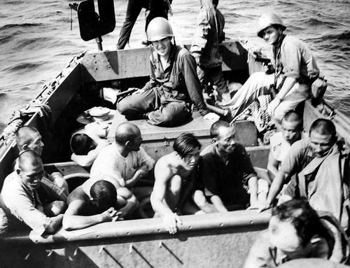 Солдаты береговой охраны с захваченными японцами на атолле Кваджалейн, Маршалловы острова. Февраль 1944 г.
