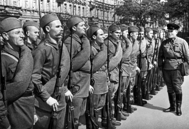 Бойцы ленинградского народного ополчения в строю. Август 1941 г.