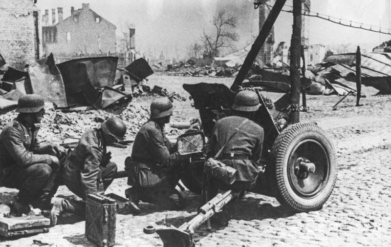 Расчет противотанковой пушки PaK 35/36 на улице города Гродно. Июнь 1941 г.