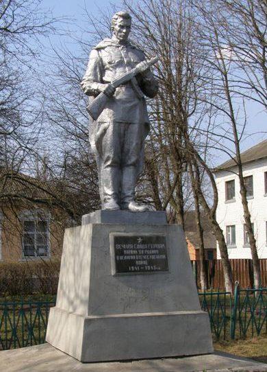 с. Сокиринцы Сребнянского р-на. Памятник, установленный в 1959 году на братской могиле, в которой похоронен 21 воин и 2 партизана, погибших при освобождении села.