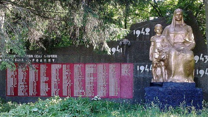 с. Ковчин Куликовского р-на. Памятник погибшим односельчанам, установленный в 1967 году.