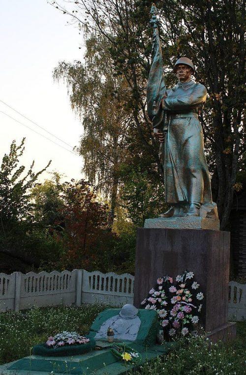 с. Грибова Рудня Репкинского р-на. Памятник, установленный в 1959 году на братской могиле, в которой похоронено 6 неизвестных воинов-разведчиков, погибших в сентябре 1943 года.