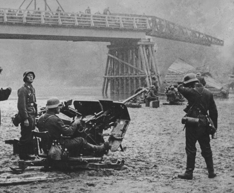 Батарея 20-мм зенитных орудий Flak 30 у разрушенного моста через Западный Буг. Июль 1941 г.