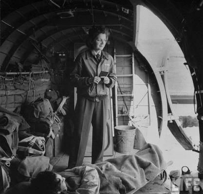 Медсестра Джулия Коринн Райли с ранеными на борту транспортного самолета C-47, который переправлял раненых солдат с полей сражений в Северной Африке. Апрель 1943 г.