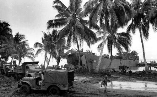 LST-68 береговой охраны доставил на остров Новая Британия грузы. Июнь 1944 г.