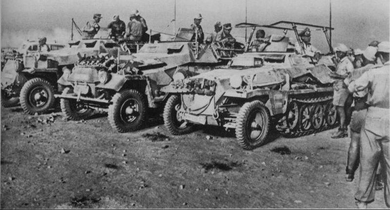 Немецкие бронетранспортеры на стоянке в североафриканской пустыне. 1941 г.
