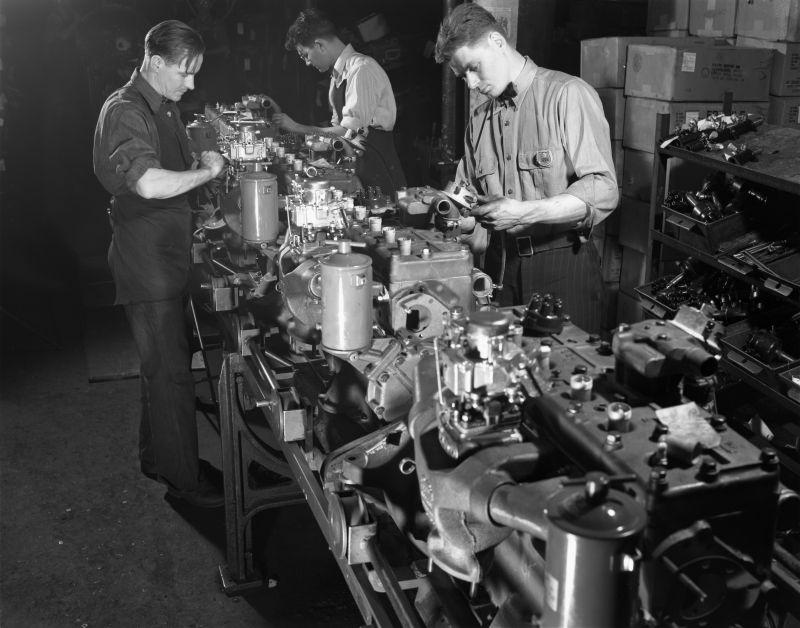 Сборка двигателей бронетранспортера М2 на заводе «Уайт мотор компани». Декабрь 1941 г.