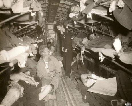 Джулия Коринн Райли - американская «летающая медсестра» на борту самолета C-47. Северная Африка, 1943 г.