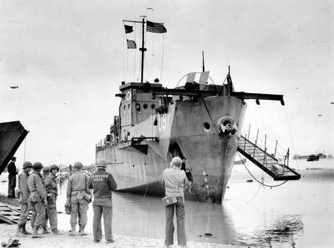 LCI(L) -93 береговой охраны на Омаха-Бич в день. 6 июня. 1944 г.