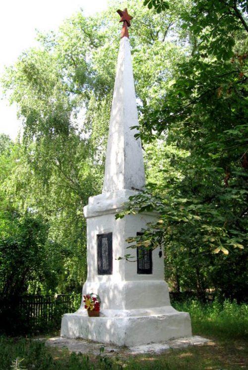 с. Губичи Репкинского р-на. Памятник погибшим землякам.
