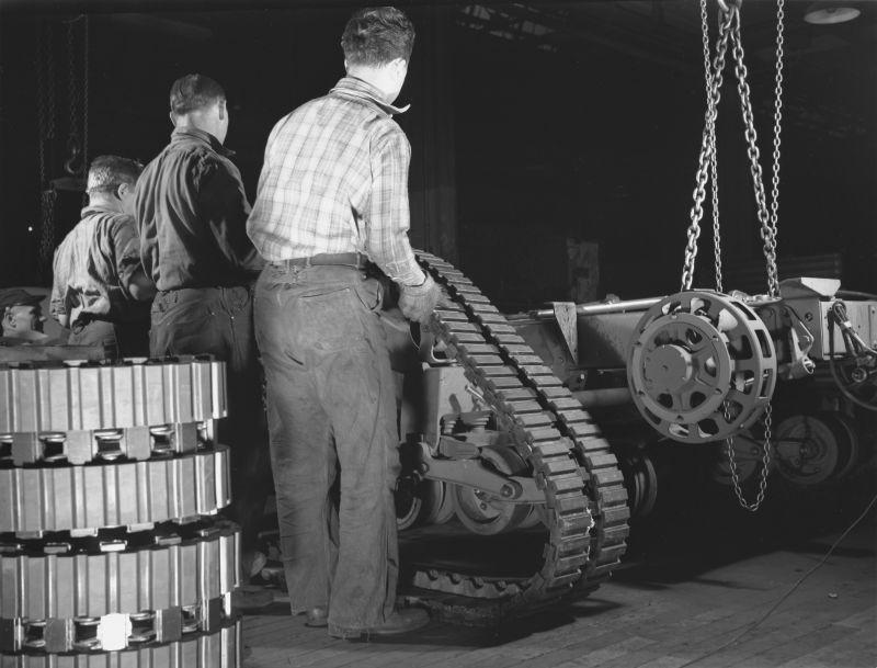 Сборка шасси полугусеничного бронетранспортера М2 на заводе «Уайт мотор компани». Декабрь 1941 г.