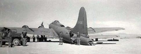 Поврежденный B-17 сумел приземлиться. 1943 г.