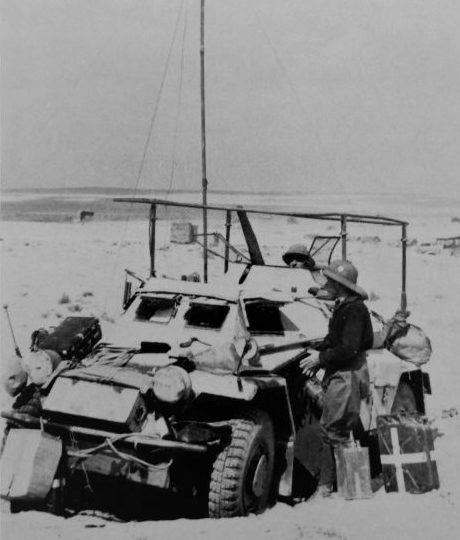 Легкий бронеавтомобиль радиосвязи Sd.Kfz. 223 в ливийской пустыне. 1941 г.
