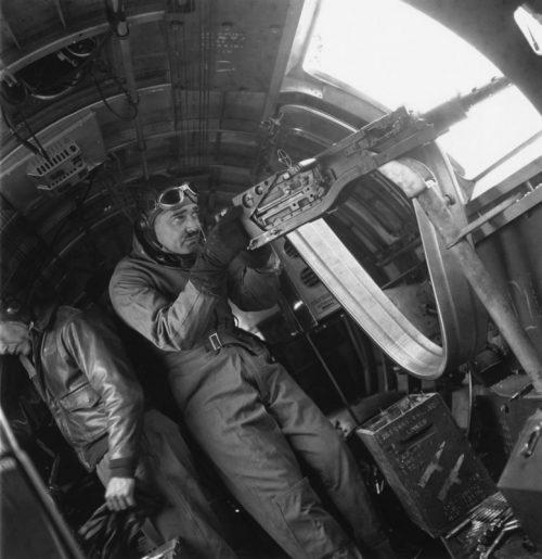 Американский актер Кларк Гейбл у бортового пулемета бомбардировщика B-17, во время съемок пропагандистского фильма. Июнь 1943 г.