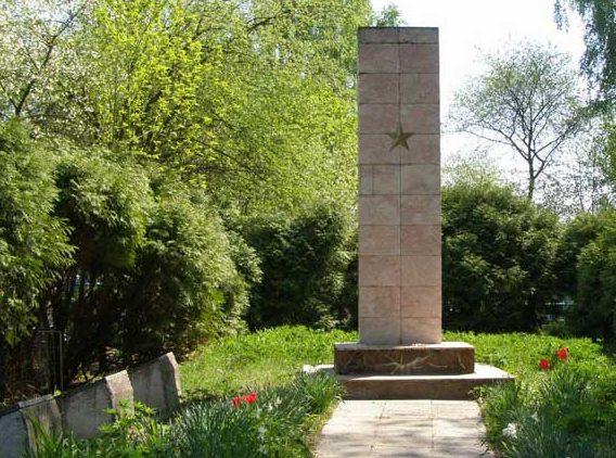 п. Куликовка. Памятник, установленный в 1961 году на братской могиле, в которой похоронено 120 советских воинов, погибших при обороне и освобождении Куликовки.
