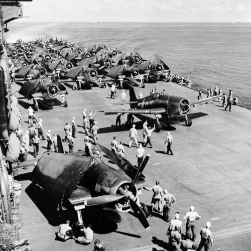Самолеты на палубе американского авианосца «Саратога» разогревают двигатели перед вылетом во время Гилберта-Маршалловской операции. Ноябрь 1943 г.