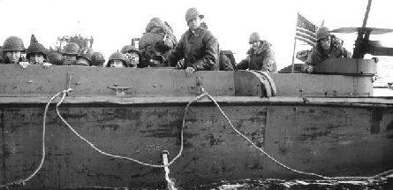 Десантный корабль береговой охраны США направляется к пляжу Омаха. 6 июня. 1944 г.