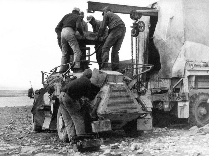 Ремонт разведывательного бронеавтомобиля Sd. Kfz. 223. Ливия, 1941 г.